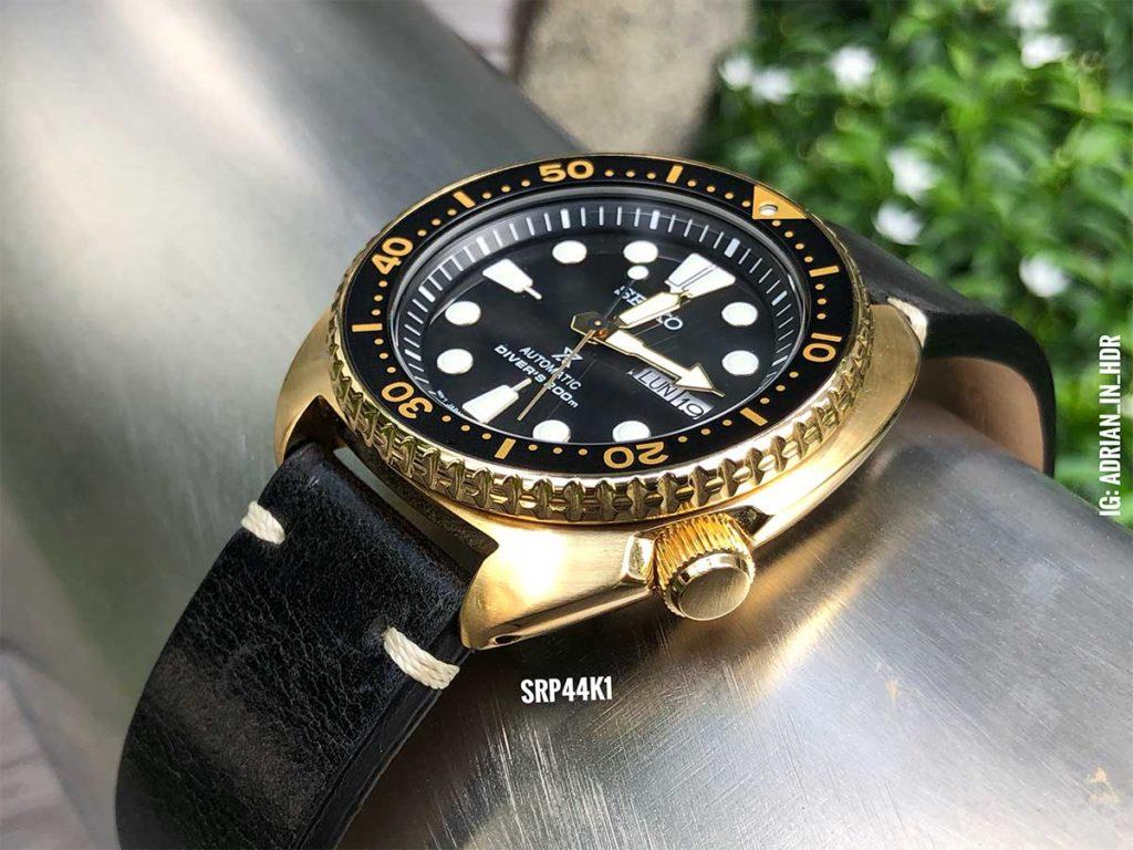 Seiko SRP44 Turtle: Anstatt herkömmlicher Handgelenksaufnahmen liebe ich es, mit allen Uhren die ich fotografiere, hautnah mitzuerleben, wie diese Aufnahme der Seiko Goldtone Turtle.