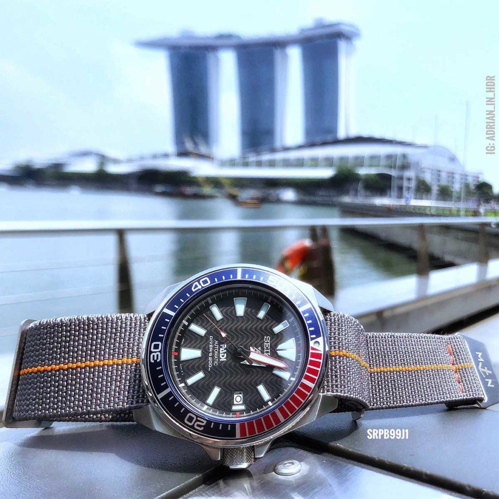 Seiko Padi Samurai mit Blick auf die legendäre Marina Bay Sands in Downtown Singapur