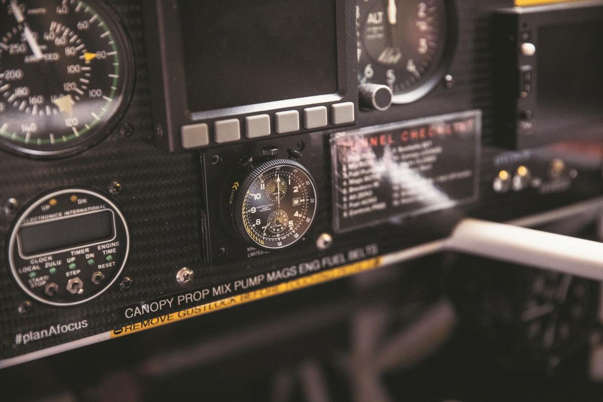Die Hamilton Khaki Aviation Takeoff Automatic Chronograph 46 mm direkt am Cockpit - Photo © HAMILTON